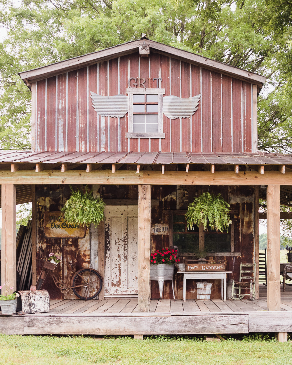 summer barn tour decorating our barn porch for summer using fleasummer barn tour rustic barn decorated for summer with flea market finds